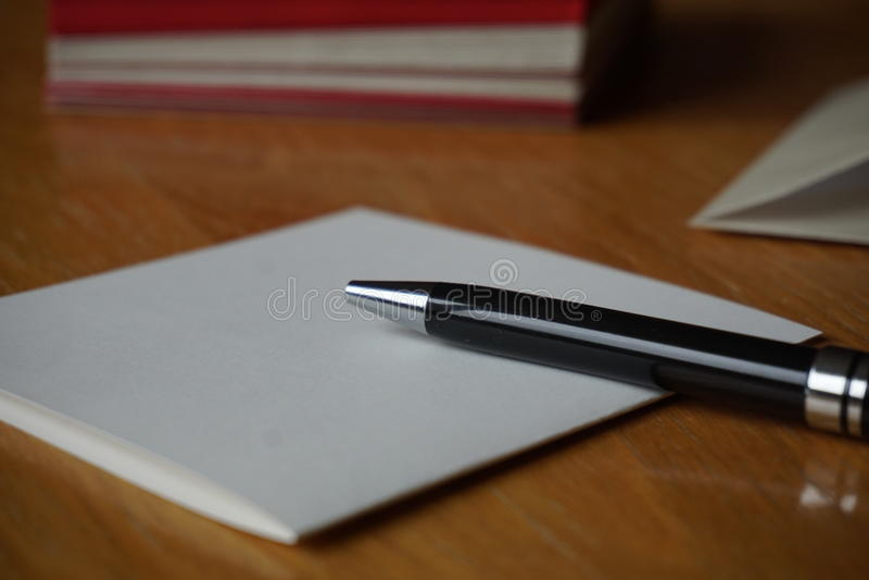 Czarny pióra writing zawiadomienia list z kopertą na drewnianym biurku zdjęcie royalty free