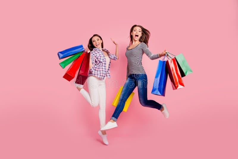 Czarny Piątek długości ciała rozmiaru Pełny widok z podnieceniem pozytywni millennial konsumenci zakupy widzieć rabata sklep zdjęcia stock