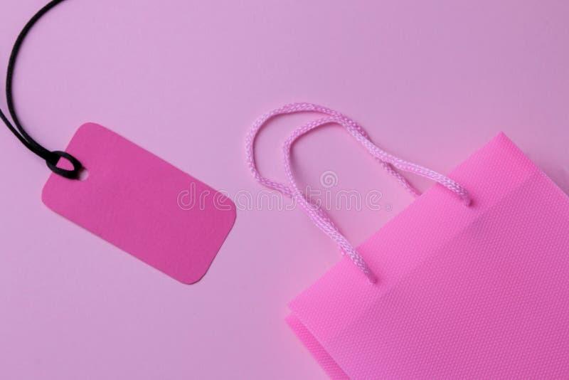 czarny Piątek Zakupy pojęcie sprzedaż Różowa torba na zakupy i metki sprzedaż Na różowym tle fotografia royalty free