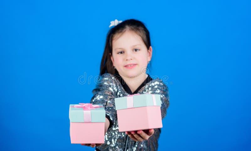 czarny Pi?tek torby blond dni niebieskie oczy s? izolowane we? zakupy white ?liczny dziecko niesie prezent?w pude?ka Niespodziank zdjęcia stock
