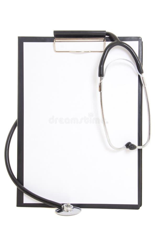 Czarny plastikowy schowek z pustego papieru stetoskopem i prześcieradłem obrazy royalty free