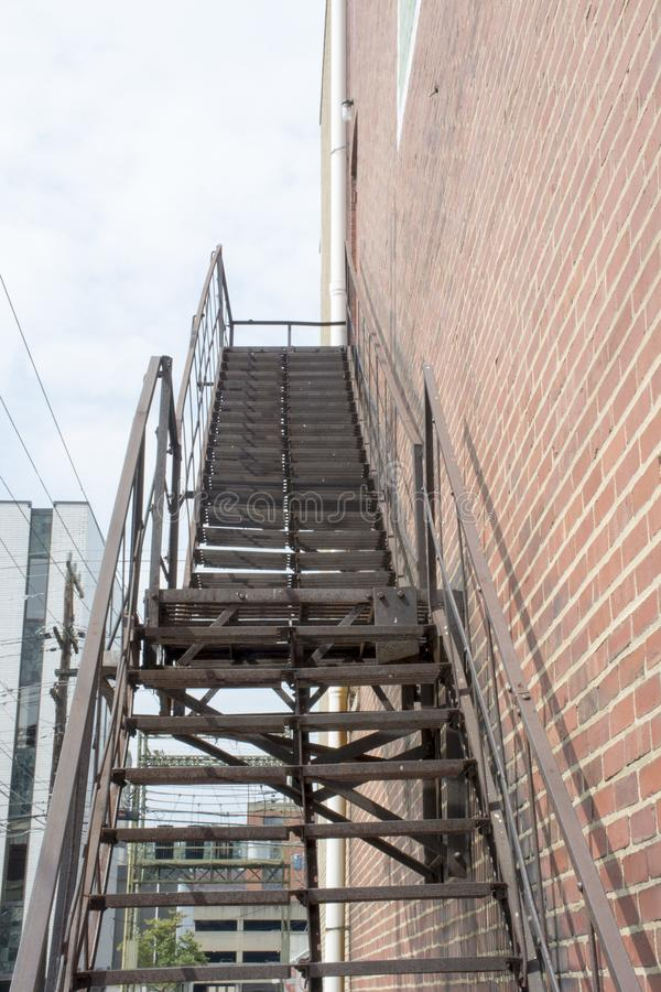 Czarny pożarniczej ucieczki schody fotografia royalty free
