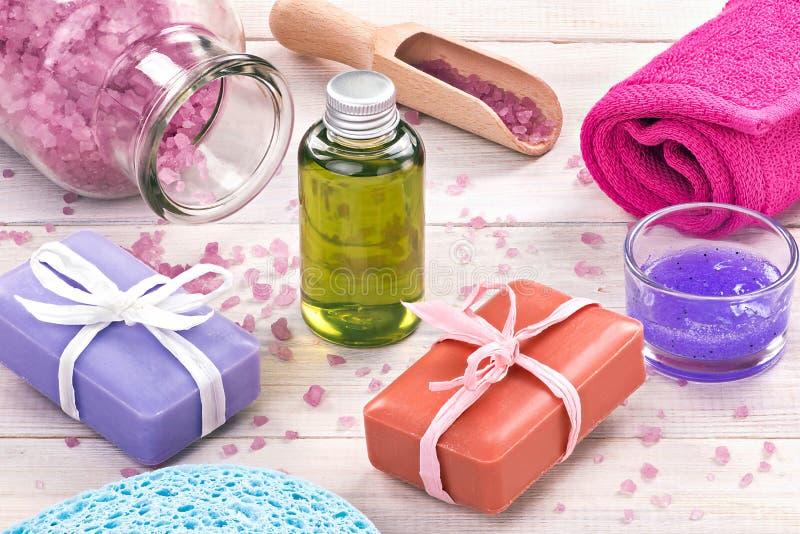 czarny pojęcia kwiatu zdrój dryluje ręcznika wellness Kosmetyki, sól i ręcznik na bielu, zalecają się obraz stock
