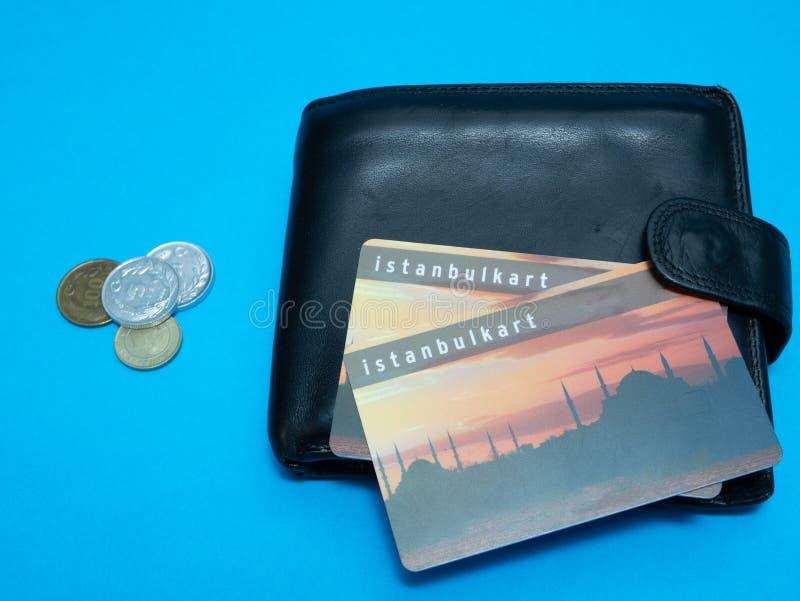 Czarny portfel z Istanbulkart klingerytu monetami i kartą zdjęcie royalty free