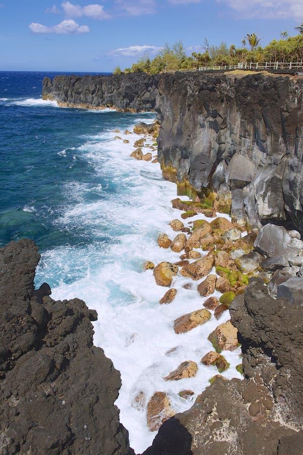 Czarny powulkaniczny lawowy denny wybrzeże przy spotkanie wyspą, Francja zdjęcia royalty free