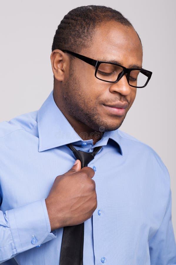 Czarny przystojny mężczyzna patrzeje rozczarowanym obraz stock
