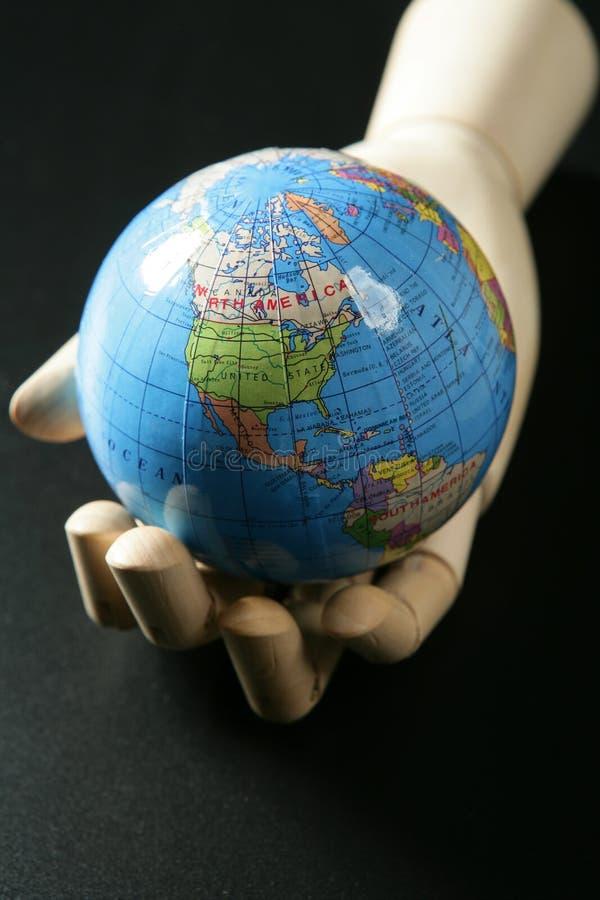 czarny ręki mannequin mapa nad drewnianym światem zdjęcie stock