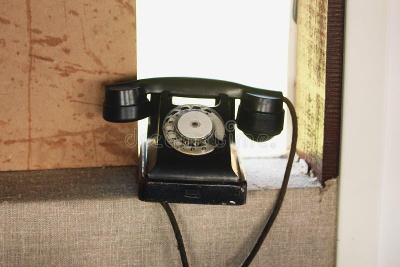 Czarny retro telefon z tarczą fotografia royalty free