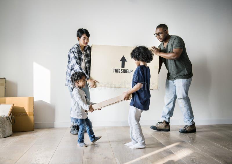 Czarny rodzinny chodzenie nowy dom obrazy stock