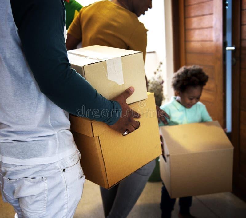 Czarny rodzinny chodzenie wewnątrz nowy dom zdjęcia royalty free