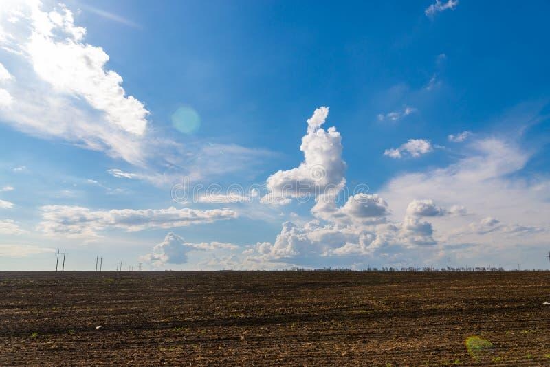 Czarny rolnictwa niebieskie niebo z chmurami i pole obrazy royalty free