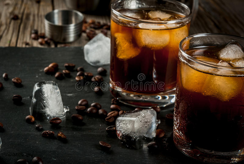 Czarny Rosyjski koktajl z ajerówki i kawy trunkiem obrazy stock