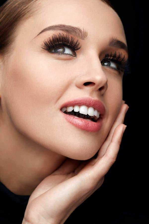 czarny rzęsy tęsk Kobiety twarz Z Miękką skórą, piękna Makeup zdjęcie stock