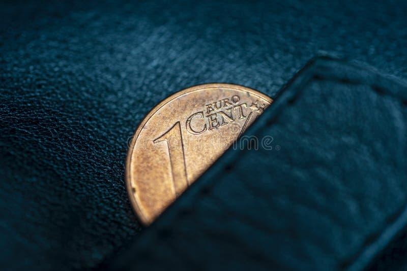 Czarny rzemienny portfel i jeden cent euro, symbolizować ubóstwo, bankrut, oszczędzanie, frugality lub gospodarka, zdjęcie royalty free