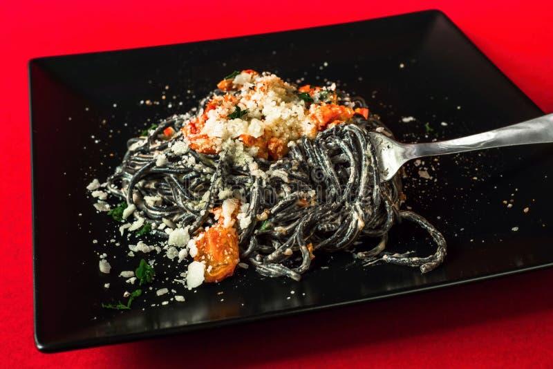 Czarny spaghetti z pomidorem, chili pieprzem, parmesan i ricotta, obraz stock