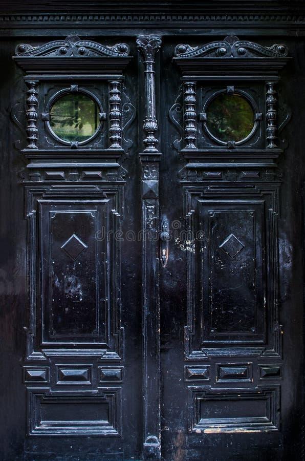 Czarny stary drzwi z pięknym cyzelowaniem obrazy stock