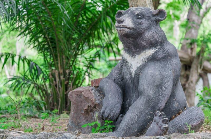 Czarny statua czarnego niedźwiedzia siedzieć zdjęcia royalty free