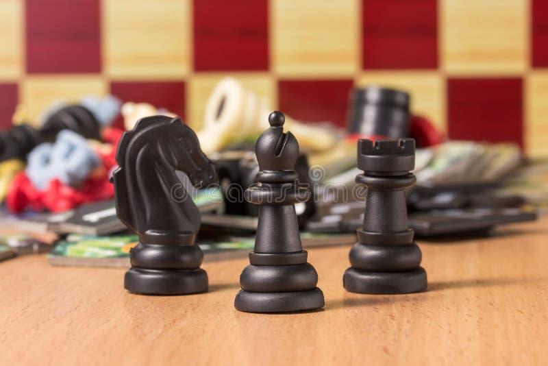 Czarny szachowy biskup przy głową inne postacie na zamazanym tle przedmioty dla stołowych gier zdjęcie stock