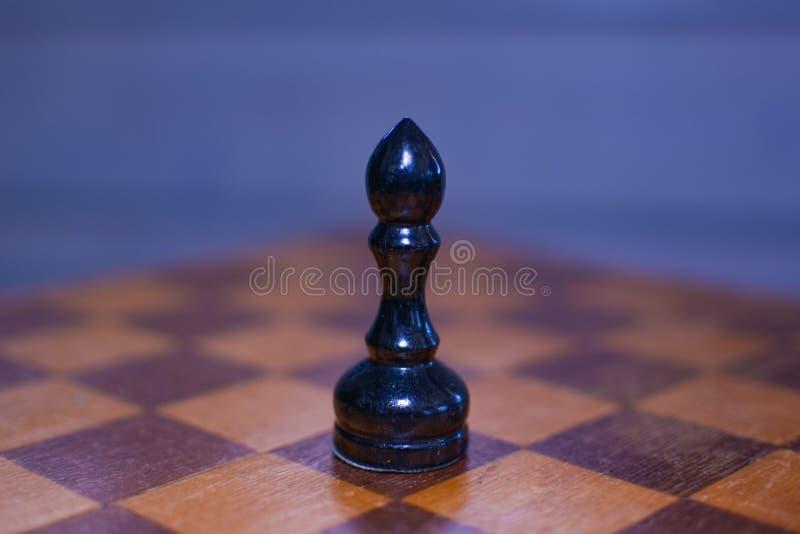 Czarny szachowy biskup w przedpolu obraz stock