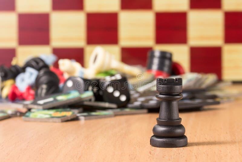 Czarny szachowy gawron na zamazanym tle inny protestuje dla popularnych gier planszowa obraz royalty free