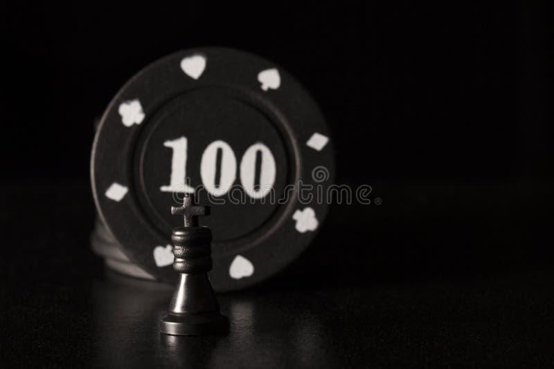 Czarny szachowy królewiątko przeciw tłu grzebaków układy scaleni zdjęcia stock