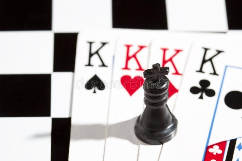 Czarny szachowy królewiątko w tle karta do gry zdjęcie stock