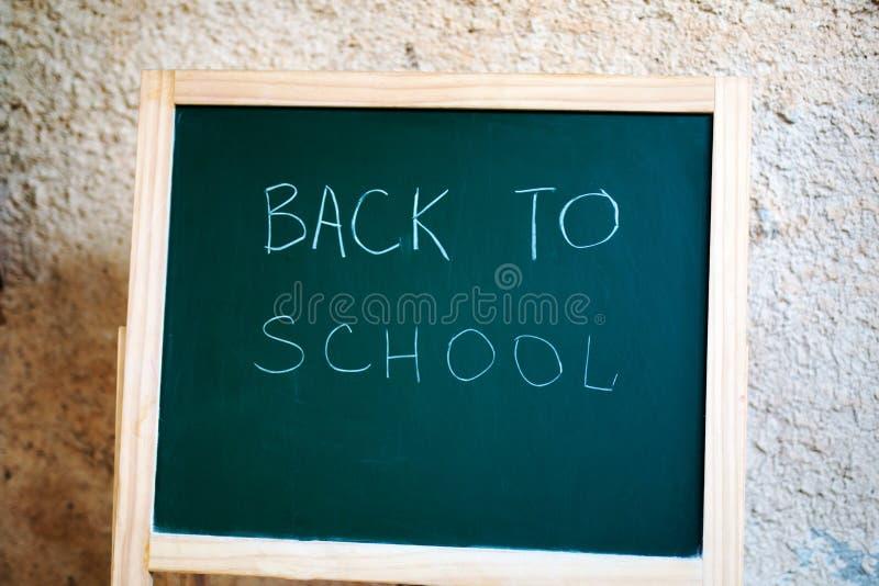 Czarny szkolny chalkboard na ściennym tle obraz stock
