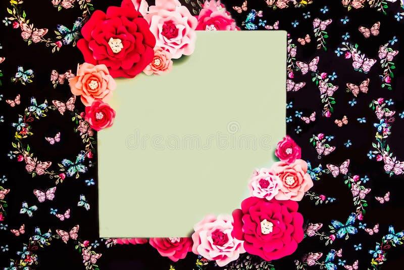 Czarny sztandar z jaskrawymi kolorowymi kwiatami obrazy royalty free