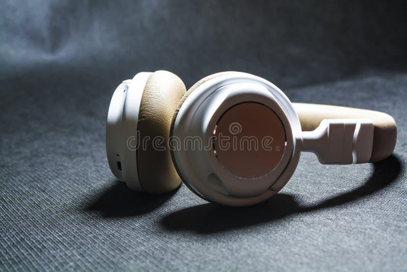 Czarny tło Duże słuchawki dla słuchać muzyka Biel i beżowy kolor skóra nowożytne technologie Przenośny wyposażenie fotografia stock