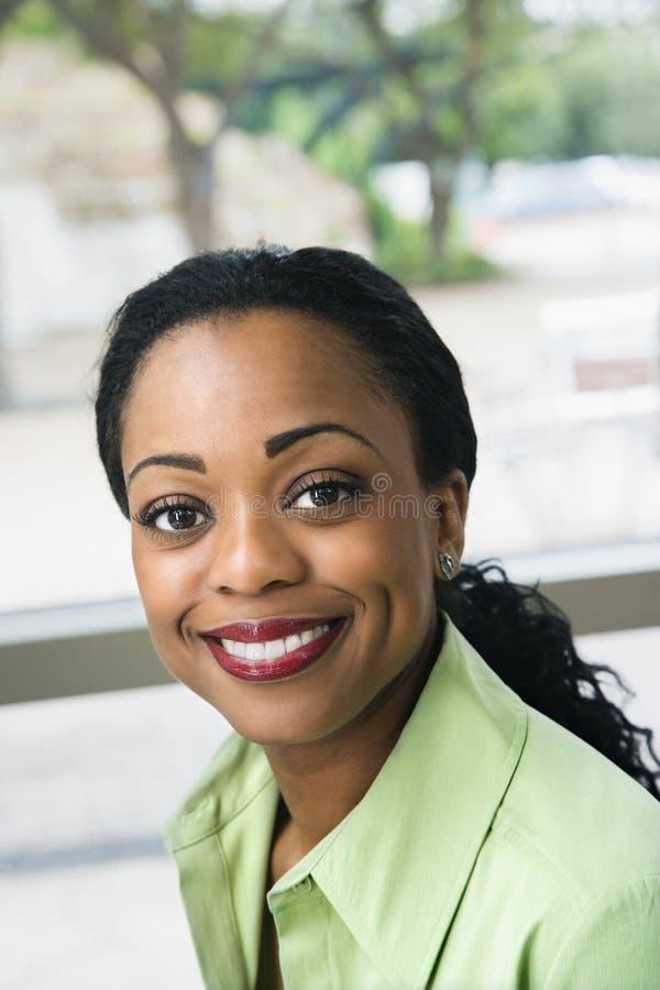 czarny uśmiechnięta kobieta zdjęcia stock