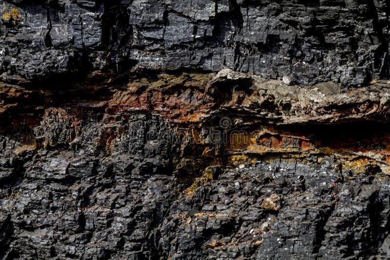 Czarny węgiel w jar skale zdjęcie royalty free
