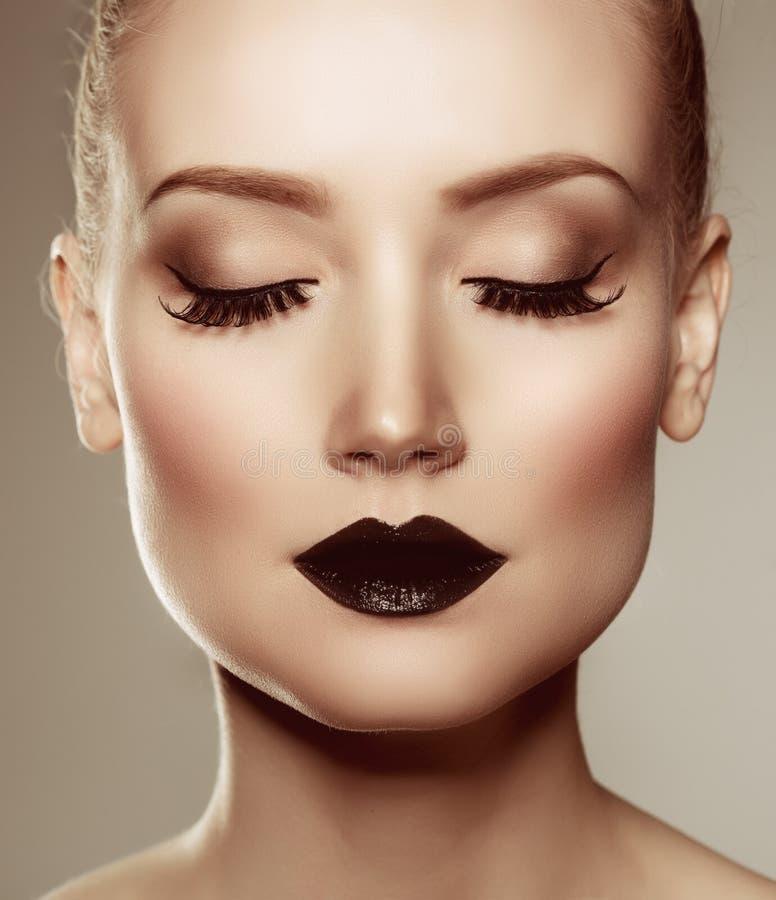 czarny wargi czarni włosy Halloween długiego spojrzenia makeup dyniowy seksowny strzał ja target885_0_ czarownicy kobieta Luksuso obrazy royalty free