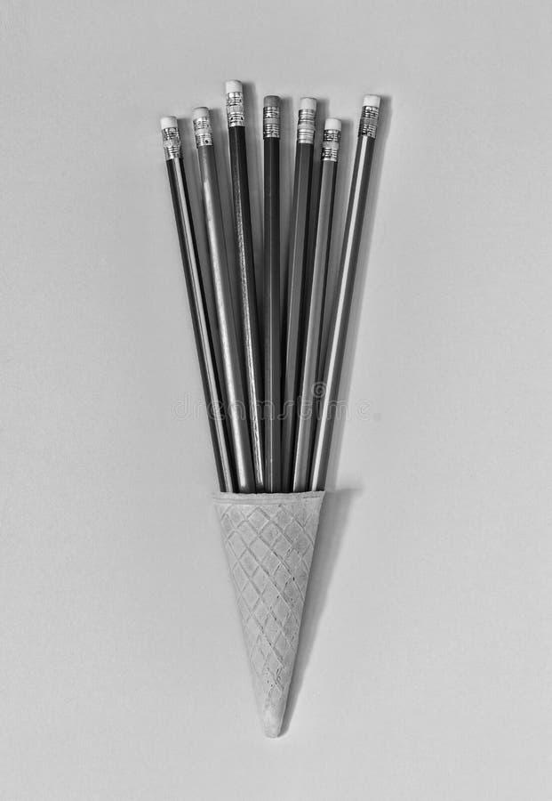 czarny white minimalista Lody rożek, sztuka, kolorowi ołówki, zabawa, biznesowy pojęcie Odgórny widok kosmos kopii obraz royalty free