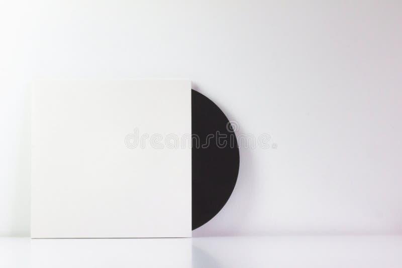 Czarny winylowy rejestr w swój białym pudełku z pustą przestrzenią pisać, Z bia?y t?em Minimalistyczna fotografia fotografia stock