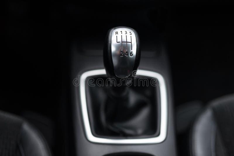 Czarny wnętrze nowożytny samochód, prędkość manuału przesunięcia przekładni samochodowa dźwignia zdjęcie royalty free