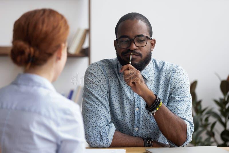 Czarny wykonawczy kierownik przeprowadza wywiad kobiety dla firmy pozycji fotografia stock