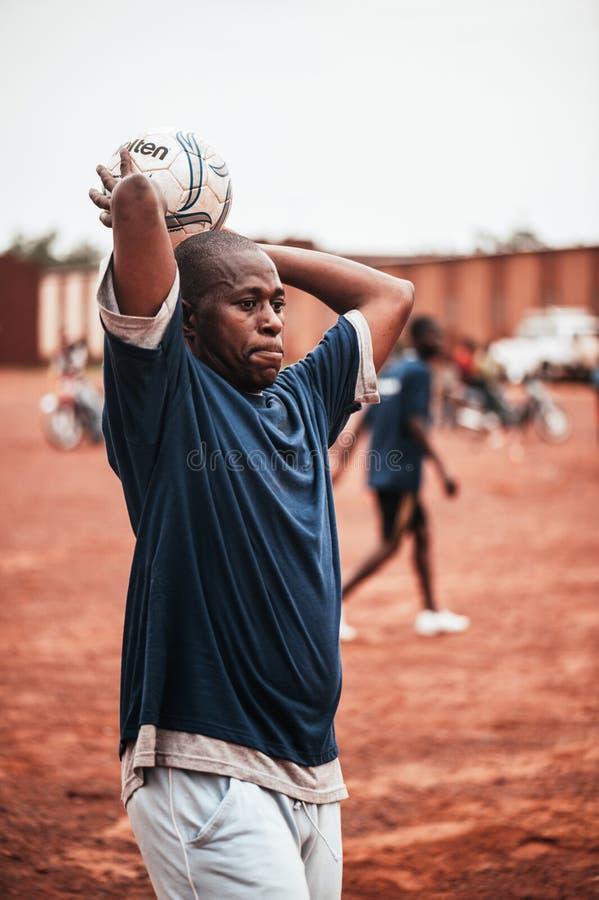 Czarnych Afrykanów dzieci, chłopiec i dorosli bawić się piłkę nożną, fotografia stock