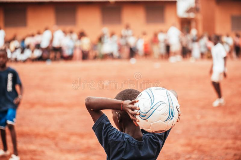 Czarnych Afrykanów dzieci, chłopiec i dorosli bawić się piłkę nożną, obraz stock
