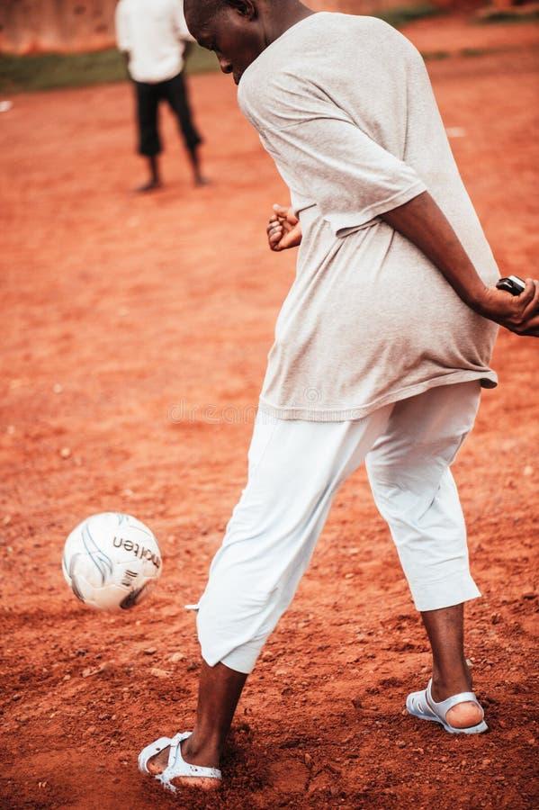 Czarnych Afrykanów dzieci, chłopiec i dorosli bawić się piłkę nożną, zdjęcia stock