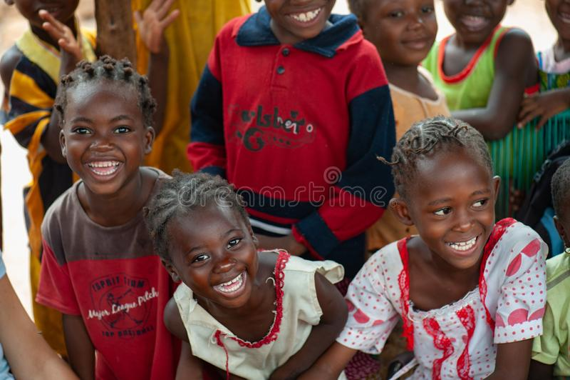 Czarnych Afrykanów dzieci żyje w obszarze wiejskim obrazy stock