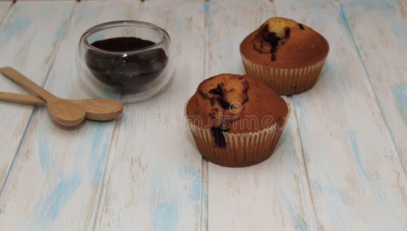 Czarnych jagod babeczki na białej teksturze lub muffins zdjęcie stock