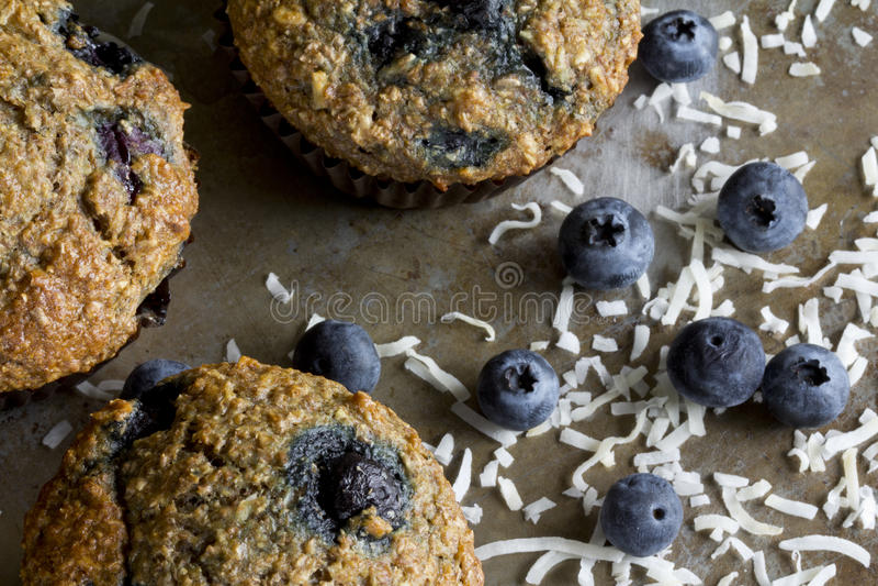 Czarnych jagod Otrębiaści Muffins od Above fotografia stock