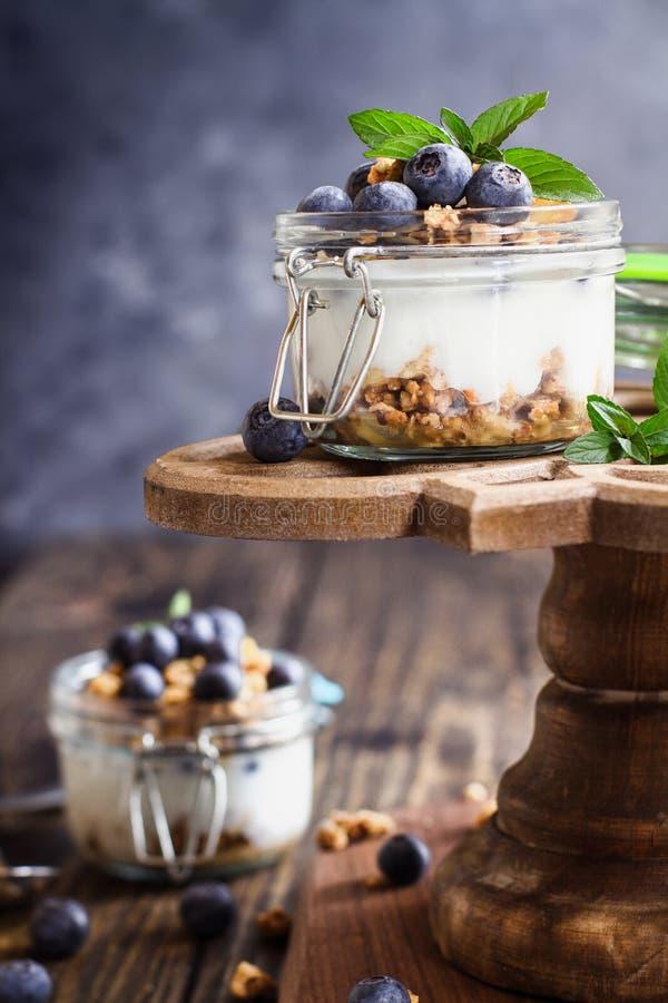 Czarnych jagod Parfaits z Greckim jogurtu Granola na Zasychają stojaka zdjęcie stock