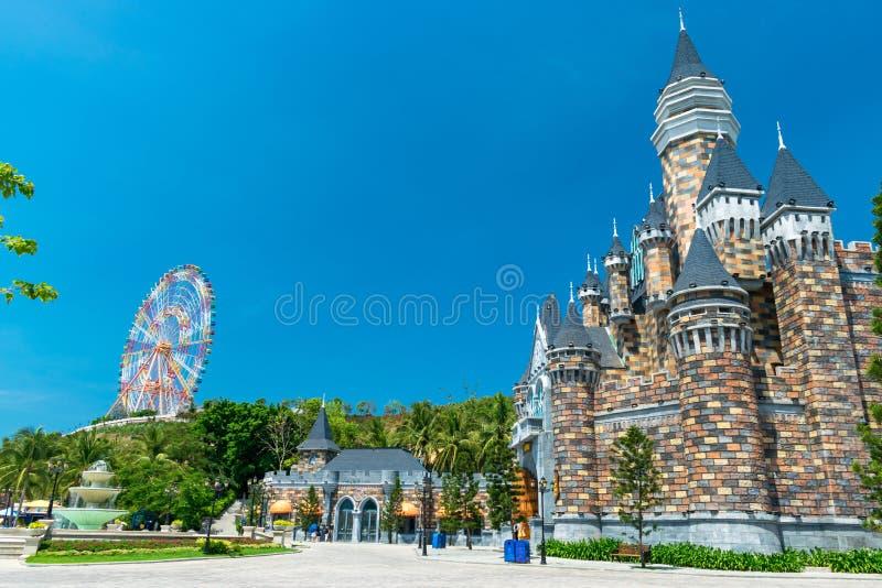 Czarodziejki Ferris i kasztel toczymy wewnątrz parka rozrywkiego bez ludzi fotografia royalty free