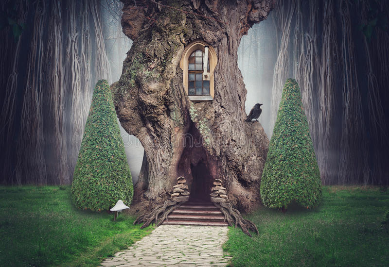 Czarodziejski drzewny dom w fantazja zmroku lesie royalty ilustracja