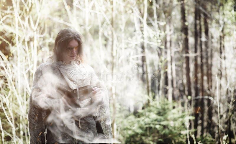 Czarodziejski magik Czarnoksiężnik z szklaną sferą, magiczny czary obrazy royalty free