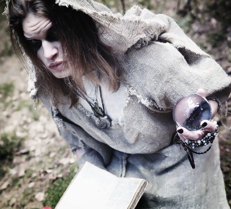 Czarodziejski magik Czarnoksiężnik z szklaną sferą, magiczny czary zdjęcie royalty free