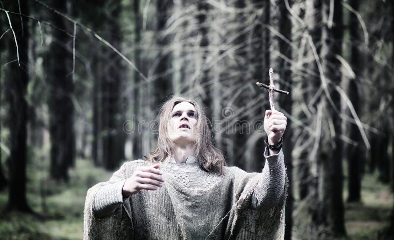 Czarodziejski magik Czarnoksiężnik z szklaną sferą, magiczny czary obraz royalty free