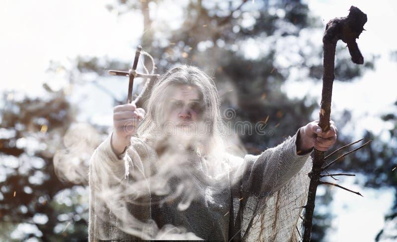 Czarodziejski magik Czarnoksiężnik z szklaną sferą, magiczny czary zdjęcia stock
