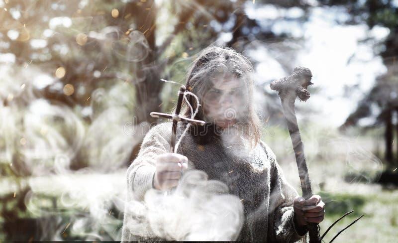Czarodziejski magik Czarnoksiężnik z szklaną sferą, magiczny czary zdjęcie stock